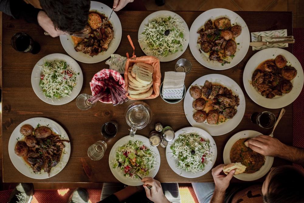 platos blancos con alimentos variados