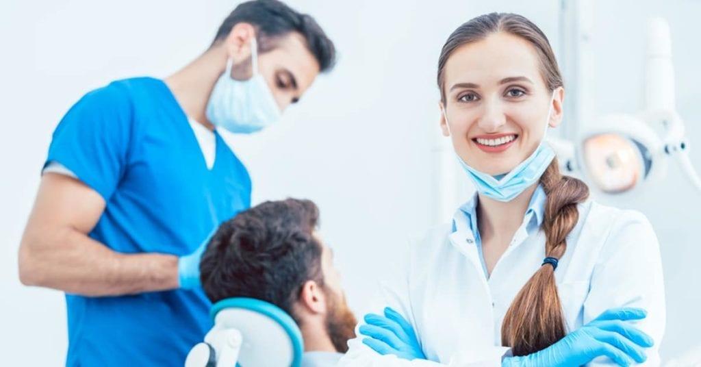 Salario del cirujano oral: ¿Vale la pena la deuda estudiantil de esta carrera profesional?