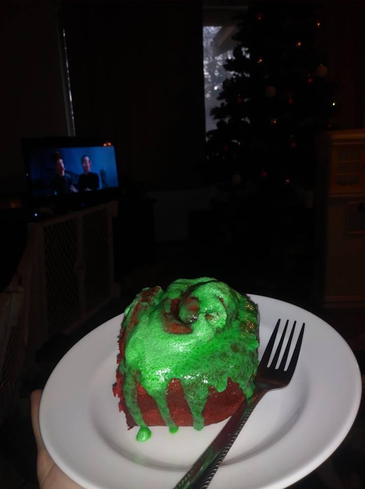 Los rollos de canela y pastel de terciopelo rojo resultaron geniales. Hice un glaseado vegano de crema de mantequilla para ellos y lo teñí de verde para que fuera festivo.
