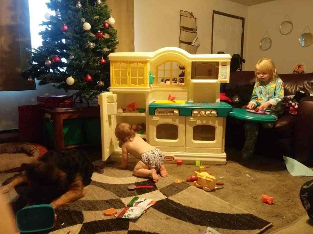 Los niños jugaban con sus nuevos juguetes. lucha hoy fuerza mañana