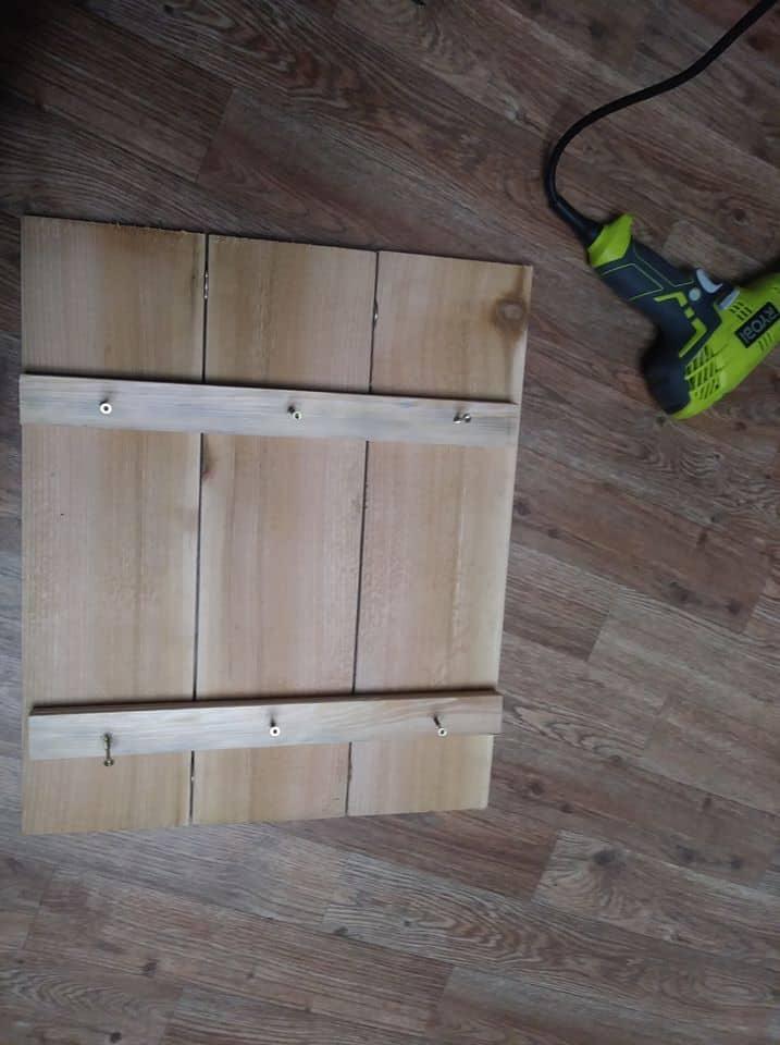 1 Paso 3. Dejando los cuartos en su lugar, taladre agujeros y coloque los tornillos.