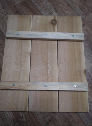 1 Paso 4. Empuje las tablas juntas mientras atornilla los 1x2 a las tablas de cedro