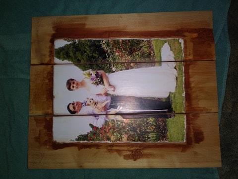 1 Continúa aplicando la mancha y limpiándola con las toallas de papel. mientras llenas el resto de la madera desnuda.