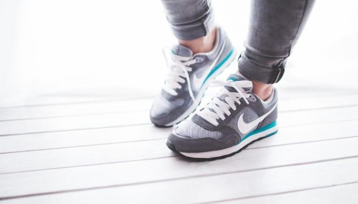 """Uno de los mejores artículos para revender es zapatos """"class ="""" wp-image-5975 """"srcset ="""" https://ganardineroporinternet.me/wp-content/uploads/2020/05/1589373604_275_Las-mejores-cosas-para-comprar-y-vender-con-fines-de.jpg 700w , https://carapalmer.com/wp-content/uploads/2020/04/best-items-to-resell-300x171.jpg 300w """"tamaños ="""" (ancho máximo: 700px) 100vw, 700px"""