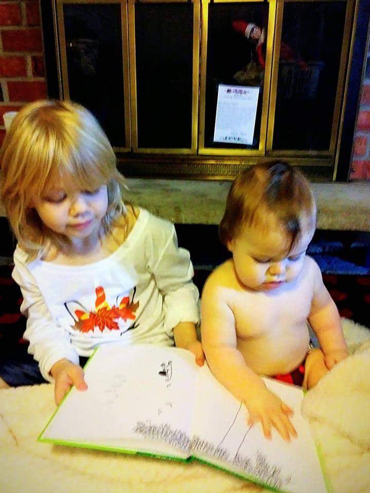 Mis hijos, leyendo The Giving Tree de Shel Silverstein.
