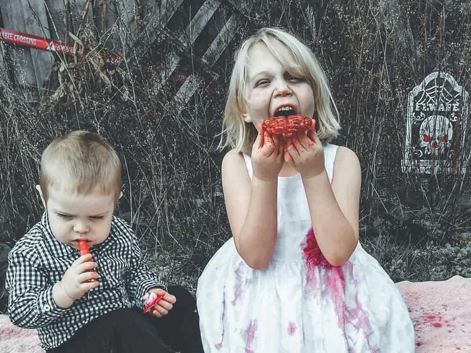 Zombis comiendo en un picnic