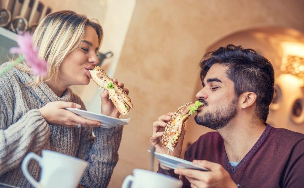 7 maneras seguras de ahorrar en su próxima comida en un restaurante