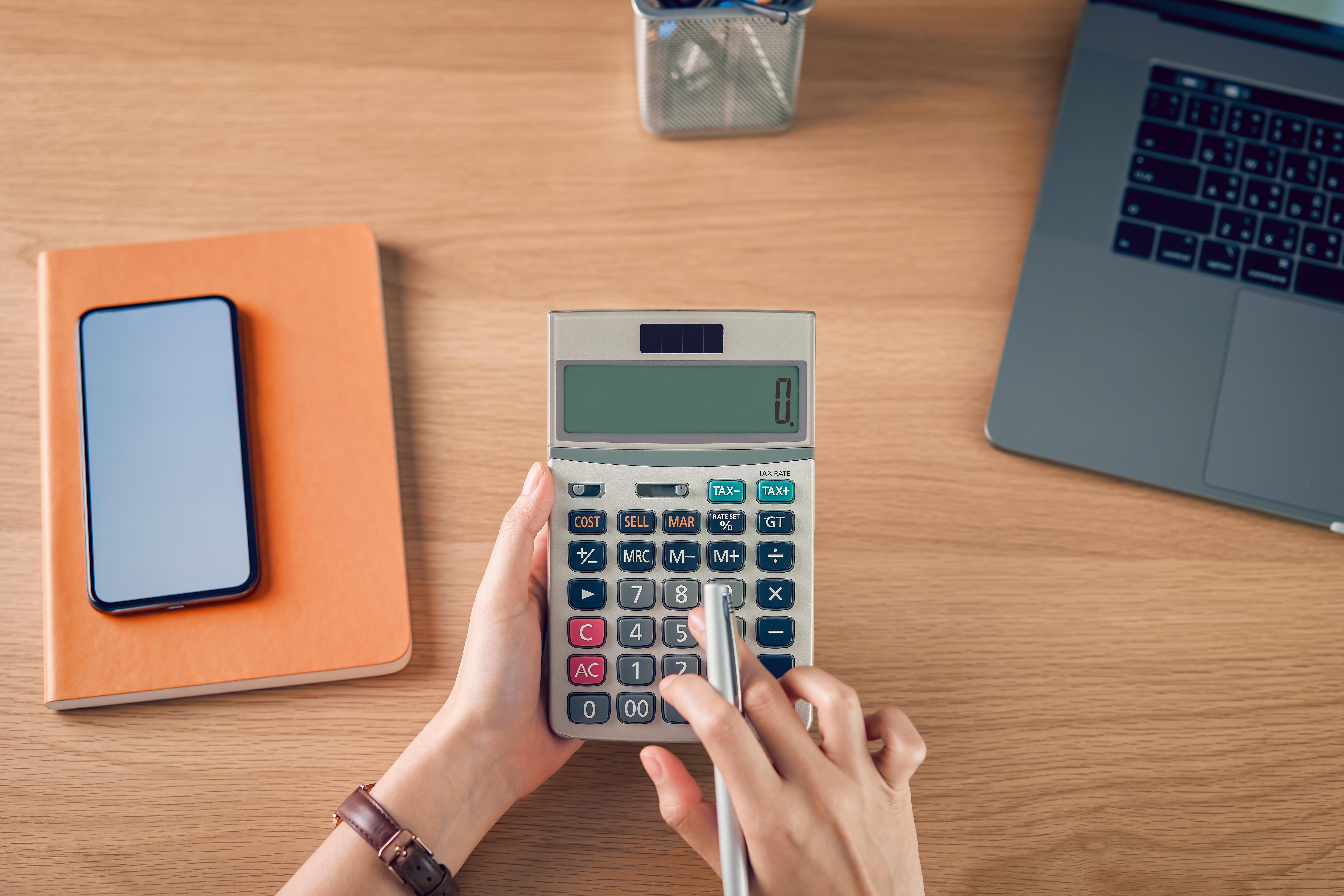 mujer ajusta gasto para crisis financiera