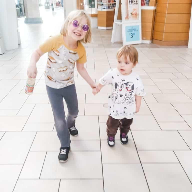 aislynn y sam en el centro comercial