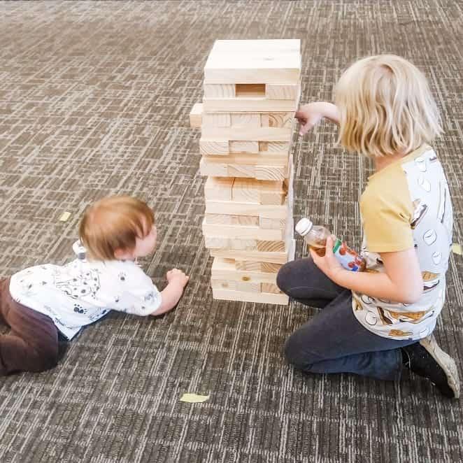 Aislynn y sam jugando jenga gigante