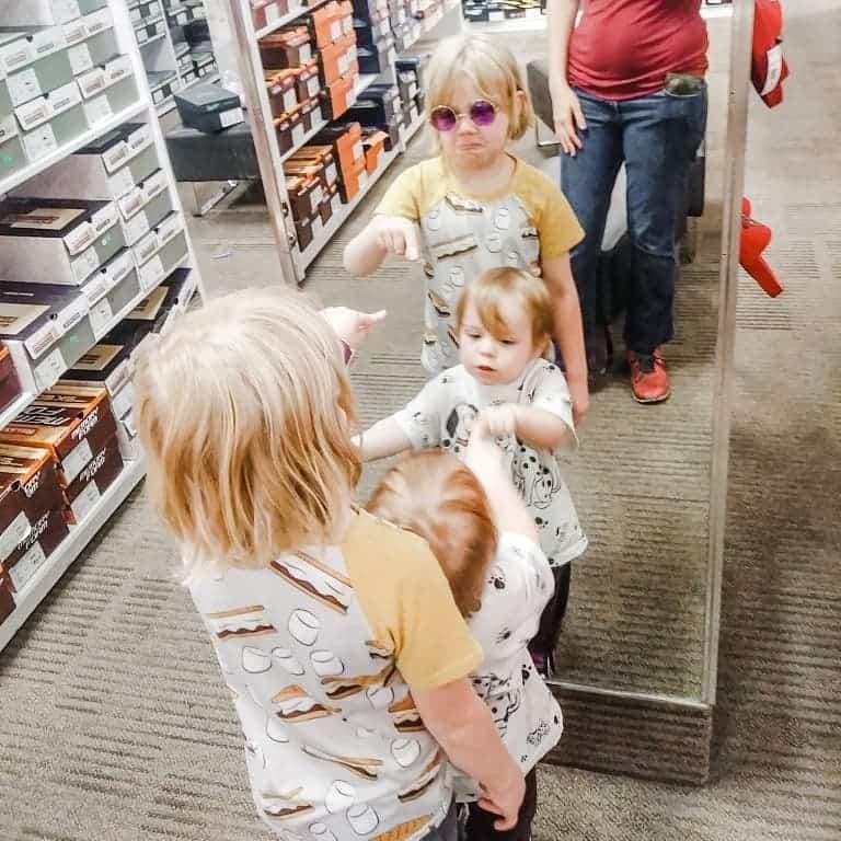 Tiempo de diversión familiar en el centro comercial