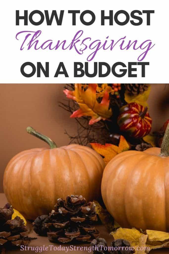 Cómo organizar el Día de Acción de Gracias con un presupuesto limitado. ¿Tienes poco dinero o simplemente no quieres gastar una fortuna este año? No estas solo! Mira estos consejos y trucos increíblemente frugales que te van a encantar. No solo lo ayudarán a ahorrar dinero este año, ¡sino todos los años posteriores! #frugalliving #frugalthanksgiving #savingmoney #budgetandsave #holidays #holidaysavings #budgeting #thanksgivingbudget