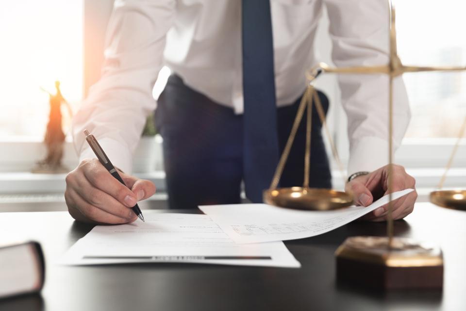 Los beneficios financieros de contratar a un abogado cuando lo necesita
