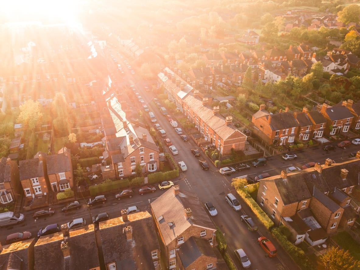 Los precios de la vivienda en el Reino Unido caen por tercer mes consecutivo, dice Halifax